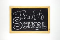 Popiera szkoły kredy literowanie na blackboard Biel kreda Z powrotem szkoły inskrypcja na chalkboard Zdjęcia Stock