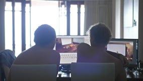 Popiera widok dwa młodego człowieka homoseksualnego przyjaciela z nagi klatki piersiowej dzielić ewidencyjny i używać komputer w  zbiory wideo