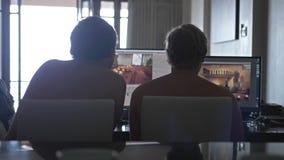 Popiera widok dwa młodego człowieka przyjaciela z nagi klatki piersiowej dzielić ewidencyjny i używać komputer w domu pracować da zbiory wideo
