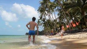 Popiera widok młody sporty mężczyzna bieg na plaży przy słonecznym dniem swobodny ruch 1920x1080 zbiory wideo