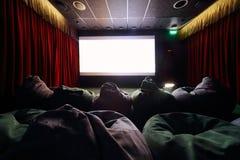 Popiera wygodni niezwykli siedzenia w kinie obraz royalty free