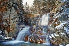 Popina Luka瀑布冬天视图在桑丹斯基镇, Pirin山附近的 库存图片