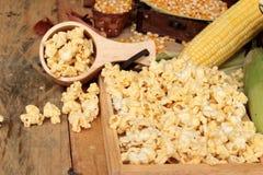 Popkorn i kolor żółty sucha kukurudza groszkujemy z świeżą kukurudzą obraz stock