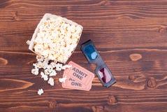 Popkorn na stołowych filmów biletach, 3D szkieł odgórny widok Fotografia Royalty Free