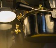 Popkorn Spada w maszynie Fotografia Royalty Free