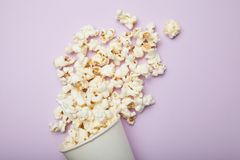Popkorn w białym wiadrze na różowym tle fotografia royalty free