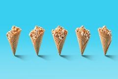 Popkorn w lodów rożkach na błękitnym tle zdjęcia royalty free