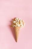 Popkorn w lodów rożkach na różowym tle Odgórny widok obraz royalty free