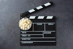 Popkorn z filmu producentem lub clapperboard kinem obrazy royalty free