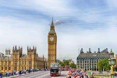 Pople que cruza el puente de Westminster Imagen de archivo libre de regalías