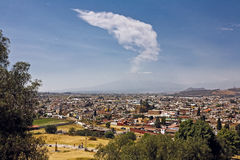 Popocatepetl从Cholula,墨西哥的火山视图 图库摄影