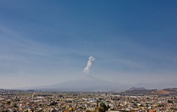 Popocatepetl从Cholula,墨西哥的火山视图 库存图片