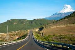 Popocatepetl e a estrada fotografia de stock royalty free