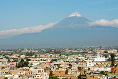 Popocatepetl Vulkanansicht von Cholula Stockbilder