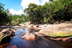 Popokvil vattenfall (Phnom Bokor) Kampot, Cambodja Oktober 2015 royaltyfria bilder