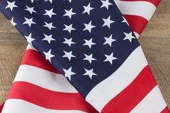 Popolare della bandiera americana sulla tavola di legno Immagine Stock
