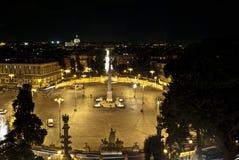 Popole fyrkant på nattallt som tänds upp (Rome-nigth-folket) Royaltyfri Bild