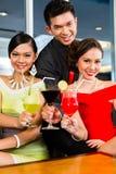Popolo cinese che beve i cocktail nella barra di lusso del cocktail Fotografia Stock