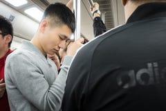 Popolo cinese che prende Nap Standing su sul sottopassaggio a Xi'an, fotografie stock