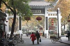 Popolo cinese nella via della seta di Hangzhou immagini stock