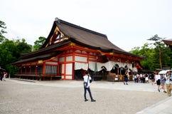 Popolo giapponese e straniero del viaggiatore che cammina dentro lo shr di Yasaka Fotografie Stock Libere da Diritti