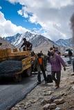 Popolo indiano che lavora alla costruzione di strade Fotografia Stock