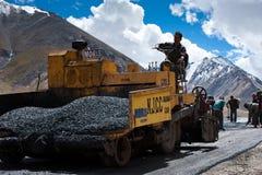 Popolo indiano che lavora alla costruzione di strade Fotografia Stock Libera da Diritti