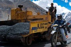 Popolo indiano che lavora alla costruzione di strade Immagini Stock