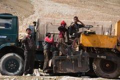 Popolo indiano che lavora alla costruzione di strade Fotografie Stock Libere da Diritti