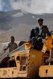 Popolo indiano che lavora alla costruzione di strade Immagine Stock