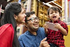 Popolo indiano che per mezzo del telefono cellulare Fotografie Stock