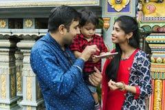 Popolo indiano che per mezzo del telefono cellulare Fotografia Stock Libera da Diritti