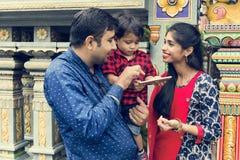 Popolo indiano che per mezzo del telefono cellulare Fotografia Stock