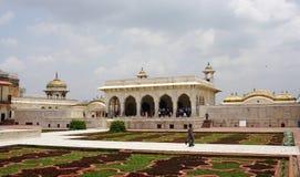 Popolo indiano di visita della fortificazione di Agra Immagine Stock