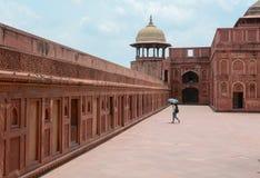 Popolo indiano di visita della fortificazione di Agra Fotografia Stock
