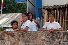 POPOTOTAN-Ö, BUSUANGA, FILIPPINERNA - JANUARI 21,2012: Flickor Arkivfoto