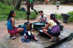 POPOTOTAN-Ö, FILIPPINERNA - JANUARI 18,2012: Unga kvinnor var Arkivbild