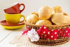 Popover hecho en casa recientemente cocido en la cesta y tazas de té foto de archivo