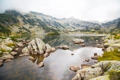 Popovo sjö på den Bezbog regionen, Bulgarien och berg i dimman royaltyfri fotografi