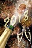 Poppa champagne och fyrverkerier på helgdagsaftonen för nya år 2018 royaltyfri fotografi