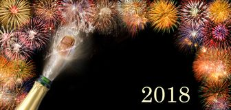 Poppa champagne och fyrverkerier på silvester 2018 Royaltyfri Bild