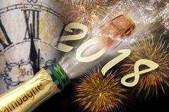 Poppa champagne och fyrverkerier på silvester 2018 Royaltyfri Foto