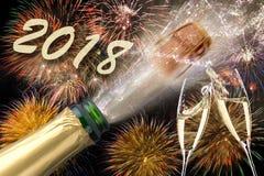 Poppa champagne och fyrverkerier på silvester 2018 arkivbilder
