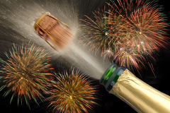 Poppa champagne på silvesterpartiet Arkivbild