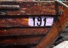 Poppa di una barca marrone di legno messa in bacino immagine stock