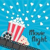 Poppa för popcorn Stor filmrulle medge en jobbanvisning Stjärna tre Biofilmsymbol i plan designstil Filmremsagräns Röd skrän stock illustrationer
