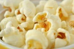 Poppad popcornmakro arkivbild