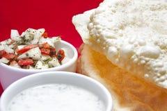 Poppadoms avec de la salade et la menthe Raita d'oignon Photographie stock libre de droits