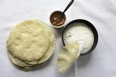 Poppadoms freschi con il raita casalingo ed il chutney di mango osservati da sopra Fotografia Stock