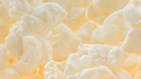 Popped bestrich Popcornmakrohintergrund - überraschendes Detail und Beschaffenheit von flaumigen geknallten Kernen mit Butter stockfotografie